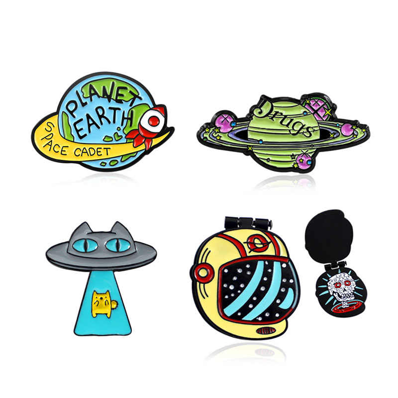 "Kapal Ruang Angkasa Astronot Helm Star Planet Surround ""Obat"" Bumi Pin Planet Bumi Space Cadet Bros Enamel Pin Lencana perhiasan"