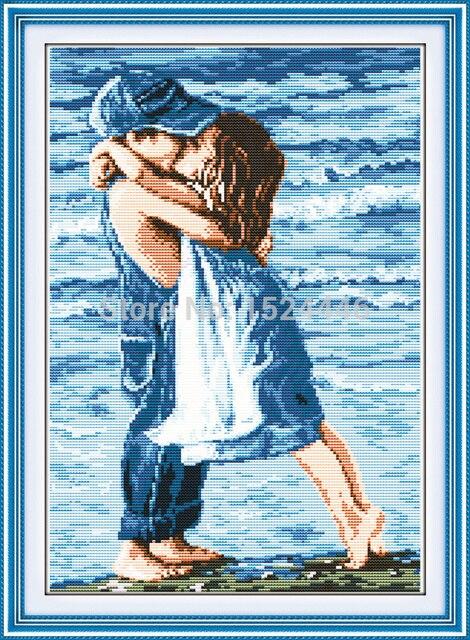 Broderie au point de croix enfants amoureux au bord de mer, sur toile