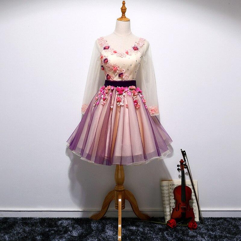 Une robe en gaze transparente à petites fleurs de couleur violet clair, un costume de scène