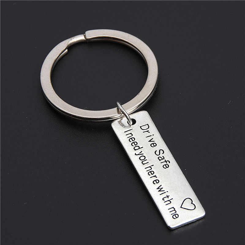 1 pc Chaveiro Presentes Gravado Unidade Seguro QUE EU Preciso de Ti Aqui Comigo Chaveiro Casais Namorado Namorada Jóias E2183