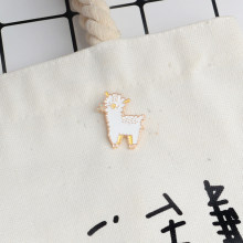 Leuke Schapen Alpaca Broche Cartoon Dier Wit Emaille pins Broches voor Meisje Jongen Kids T-shirt Jas Rugzak Hoed Pin Gesp badges(China)
