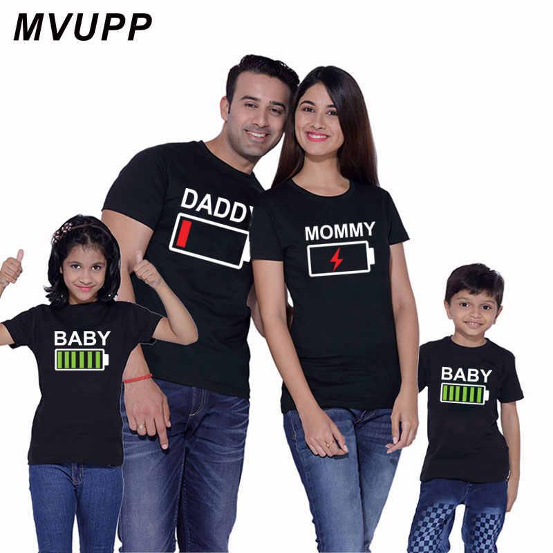 ครอบครัวดู t เสื้อจับคู่เสื้อผ้า daddy แม่และลูกสาวเสื้อผ้าเด็กทารกแบตเตอรี่พิมพ์ tshirt ใหม่แฟชั่น tops