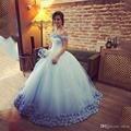 2016 Vestido Quinceanera Luz do Céu Azul Vestidos de Baile Fora Do Ombro Corset Venda Quente do Doce 16 Prom Vestidos Feito À Mão Flores QR75