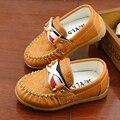 Niños zapatos Del Niño Del resorte Nuevos remaches de cuero de los niños zapatos de los niños del bebé zapatillas de deporte del Músculo de la Vaca Suelas de zapatos Guisantes