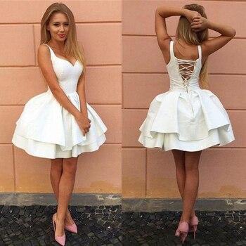 9ff23ec02c040 Seksi Criss çapraz Sapanlar Backless Küçük Beyaz Mezuniyet Elbiseleri V  Boyun Katmanlı Kısa Parti Elbise 2019 Puf Ucuz Kokteyl elbise