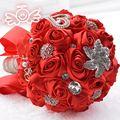 De lujo Con Cuentas de Cristal Rojo Nupcial Broche Ramo Suministros Perlas Rosas Ramos de Novia de Seda Artificial Flores Mano de La Novia 2017