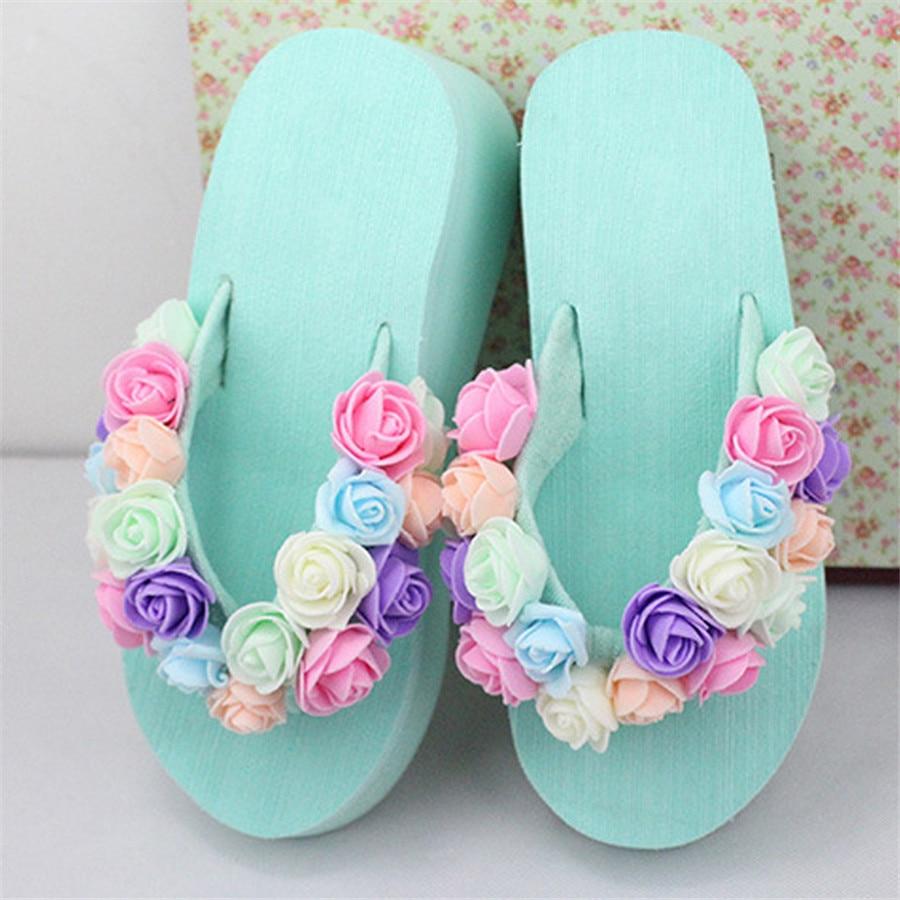 Nya sommar heta söta badstrand sandaler mode mjuka tofflor Vattentät plattform handgjorda blommor högklackade tofflor Flip-flops