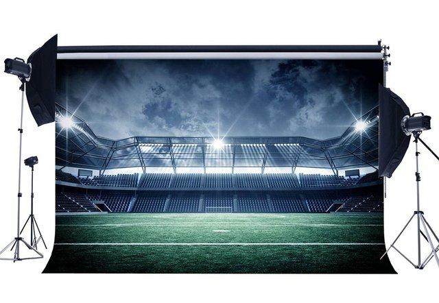 สนามฟุตบอลฉากหลังสนามฉากหลัง Shining ไฟภายในสีเขียวหญ้าทุ่งหญ้าพื้นหลังการถ่ายภาพ