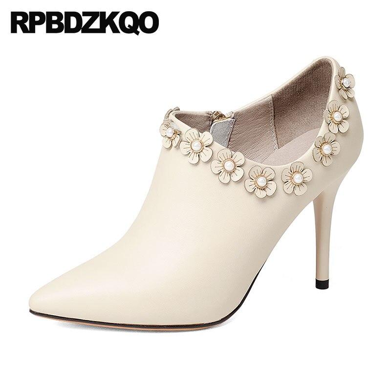 Botines Sexy Beige Piel De Carnero Botas Blancas La Boda Estilete Dedo  Punteado Flor Mujer Zapatos Nupcial Tacón Alto Moda Tobillo Marca Moda  Femenino Nuevo ... cb9e1ea653b9