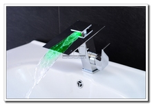 Moderní LED svítící umyvadlová baterie s efektem vodopádu a změnou barvy podle teploty vody