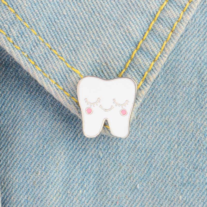 Beyaz karikatür gülümseme diş emaye broş Pin hemşire diş hekimi hastane yaka Pin şapka/çanta Pins Denim gömlek kadın broş takı