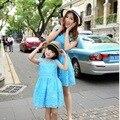 2016 estilo del verano vestidos rosa azul de encaje madre hija familia mira mamá kid clothing a juego de ropa bebé vestido de la muchacha del niño