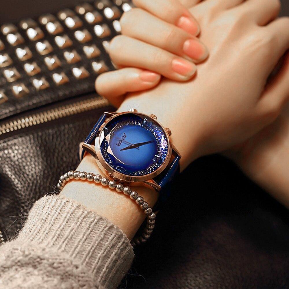 Но дизайнерам настолько сильно понравилась такая идея, что в году были представлены современные часы-кулоны.