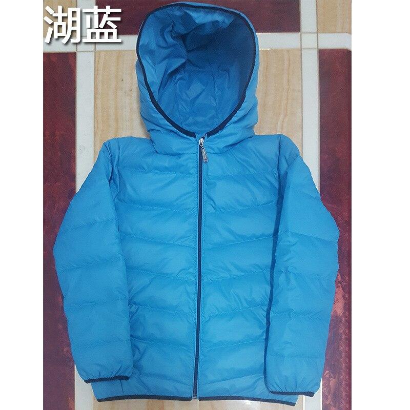 Il ragazzo nuovi bambini bianco piumino giacca cappotto di inverno del bambino.Il ragazzo nuovi bambini bianco piumino giacca cappotto di inverno del bambino.