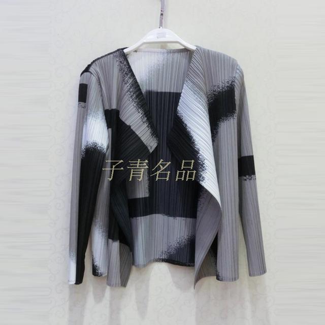 De gama alta de moda las mujeres Miyake Pliegues Abrigos de Gran tamaño de impresión Elásticos delgados de color de inyección de tinta de doble chaqueta de solapa