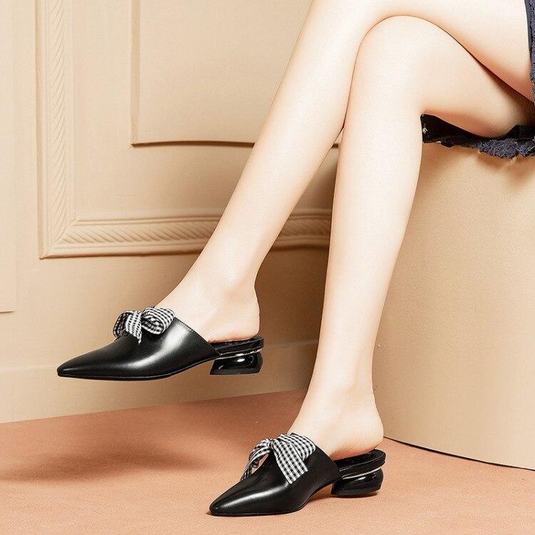 Ayakk.'ten Terlikler'de MLJUESE 2019 kadın terlik Yumuşak Inek deri bow tied Roma tarzı sivri burun siyah renk düşük topuklu plajlar sandalet 34 42'da  Grup 1