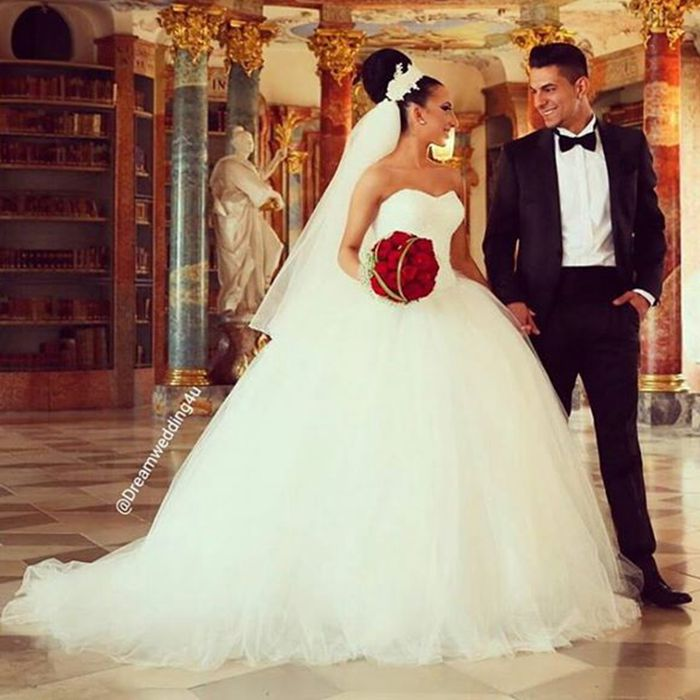 Vestidos de noiva ivory tulle ball gown wedding dresses for Strapless wedding dresses with long trains