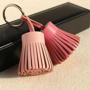 Image 4 - Llavero para las llaves del coche con borla de cuero genuino, llavero de lujo de marca famosa, bolso de mujer, colgante de mochila
