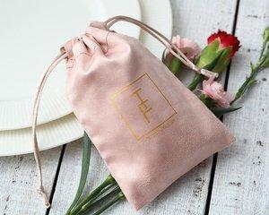 Image 4 - 100 Gepersonaliseerde Logo Print Koord Tassen Custom Sieraden Verpakking Pouches Chic Wedding Favor Tassen Roze Flanel Cosmetische Zakken