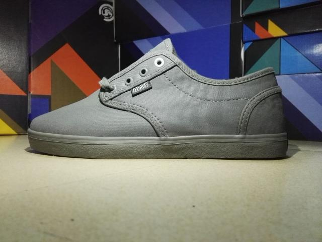 ФОТО 2016  DVS Skate Shoes Hard-Wearing Footwear Black or Grey Canvas Shoes Size 5.5-9 Available