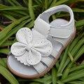 2017 nuevo cuero genuino de las muchachas zapatos del caminante sandalias de verano blanco con la mariposa antideslizante suela niño de los cabritos 12.3-18.3 plantilla