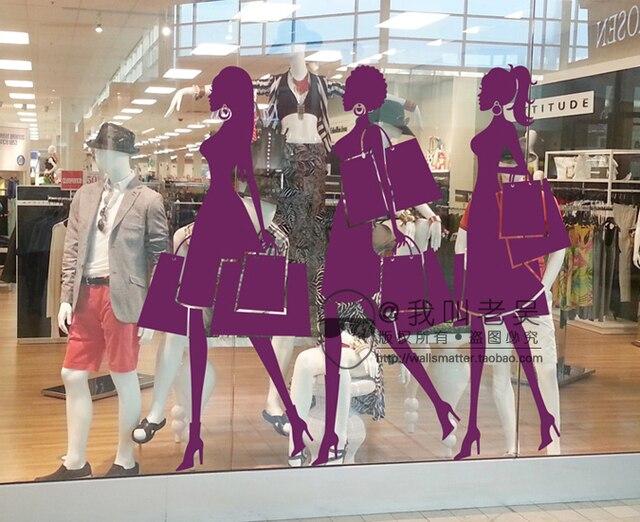 Couture mode winkelen meisje zet trouwjurk etalage winkelcentrum
