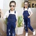 Buraco moda 2017 outono crianças calças de brim para a menina macacão jeans crianças calças compridas roupas adolescentes little big girl jean pant