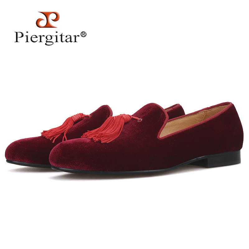 Piergitar merk nieuwe bordeaux kleur fluwelen mannen handgemaakte schoenen Party en Wedding mannen kwastje loafers plus size mannen jurk schoenen-in Casual schoenen voor Mannen van Schoenen op  Groep 1