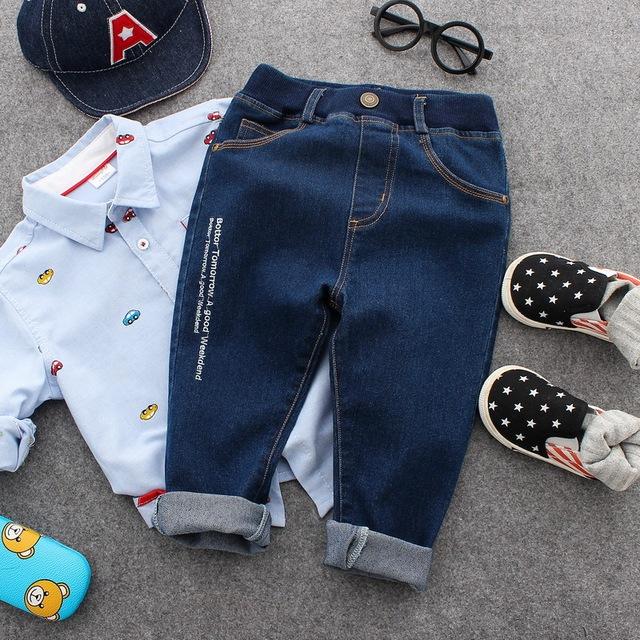 Calças de brim menino 2017 primavera e no outono roupas filhos dos filhos de lavagem suave letras bordados calças compridas de algodão idade a partir de 2-8 T