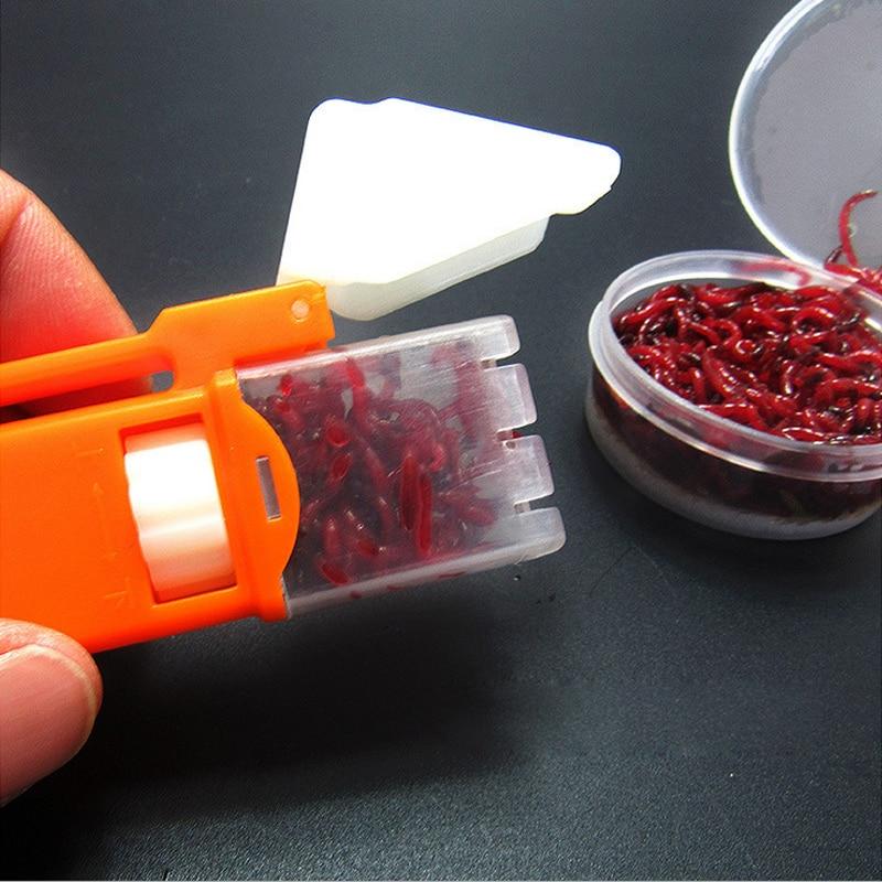 На црвеном убоду инсеката, брзи клипови вјешају алатке за мамац, мамце за пецање, прибор за риболов
