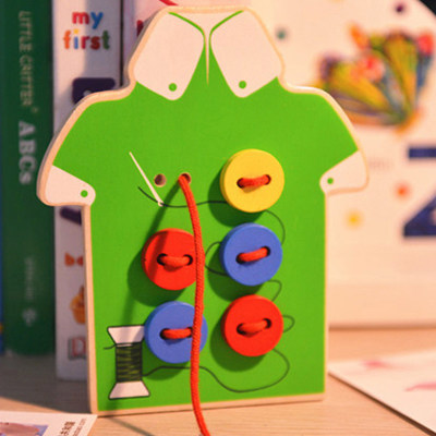Mini poučna lesena igrača za dojenčke zgodnjega učenja oblačenja vrvic za sejanje gumbov