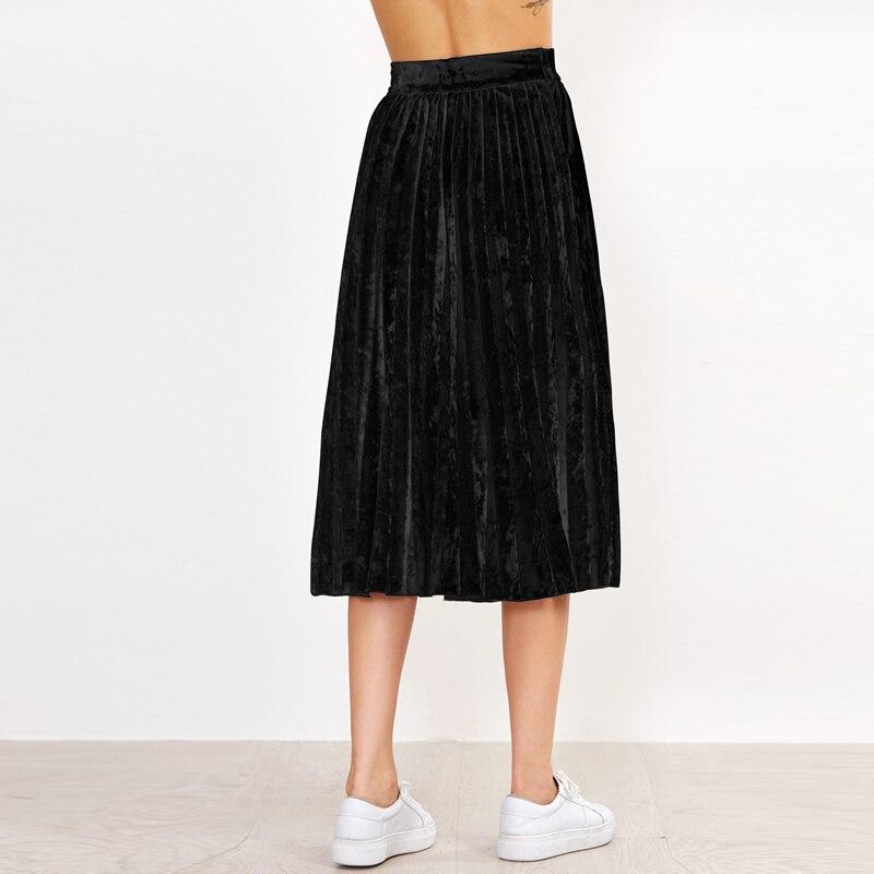 Девушки в юбках средней длины