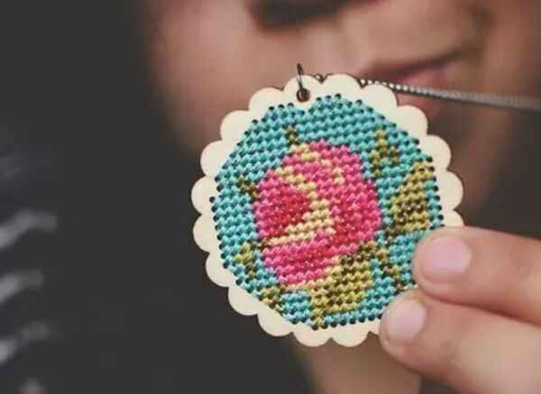 Fashion Accessory Wooden Cross Stitch Chip Pendant Handmade DIY Circular Oval Heart Chip Cross Stitch Wood Chips DIY Gift