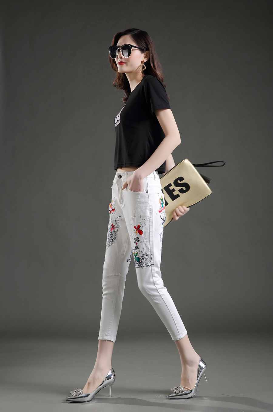 Kolmveerandpikkuses valged püksid kirjadega