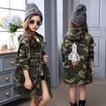 2016 Crianças Meninas outono tendência da moda Coreana grande menino de mangas compridas cintura longo parágrafo casaco de camuflagem livre