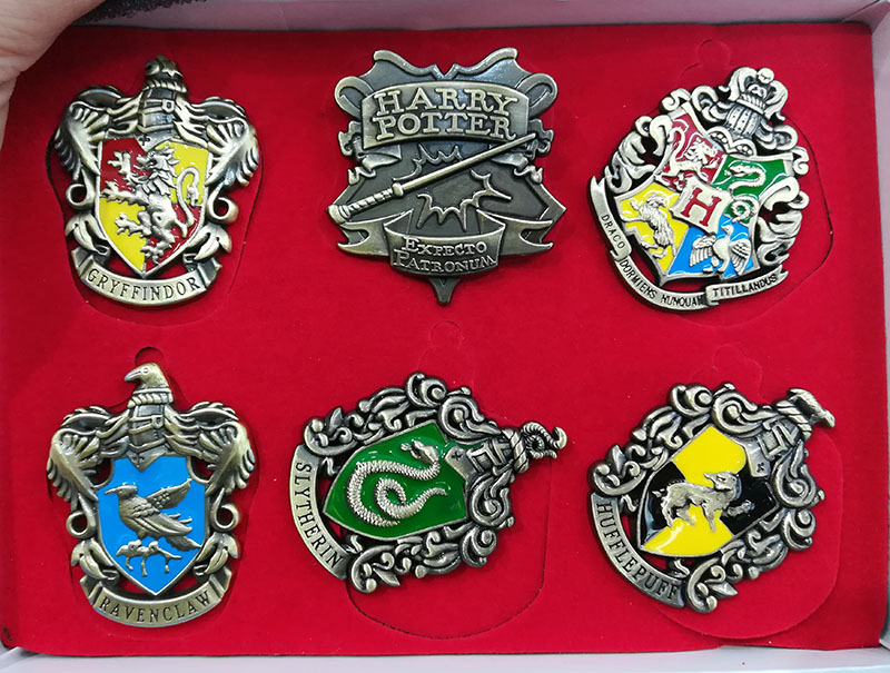 5pcs/set Harri Potter Magical School badges toy Gryffindor Ravenclaw Slytherin Hufflepuff Brooches wooden box packing gift