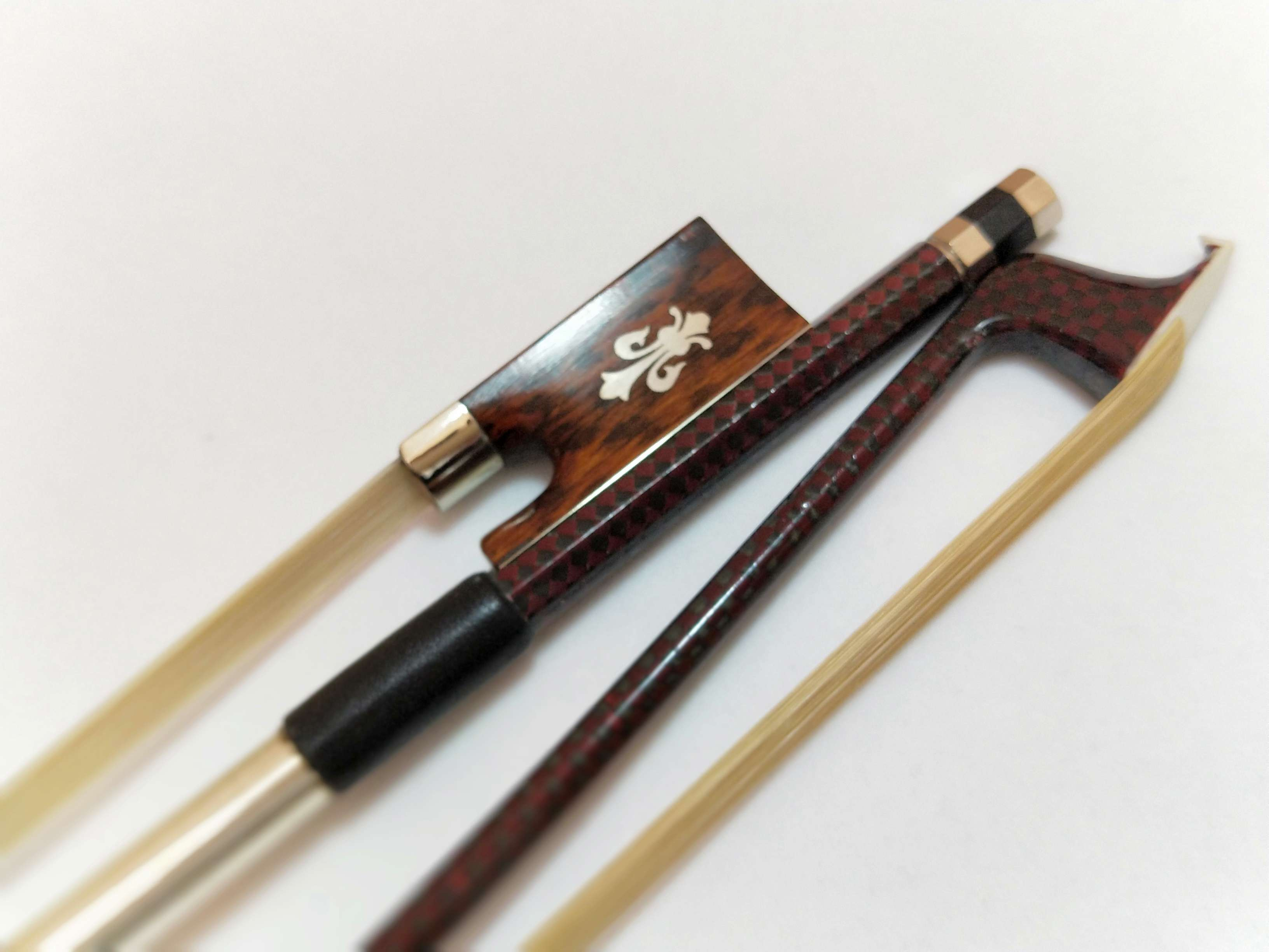 2 PCs NEW Type Carbon Fiber Violin Bow 4/4 Snake Wood Frog Inlay with Flower and White Bow Hair 1 pcs carbon fiber wood violin bow 4 4 straight pretty inlay high quality r 015