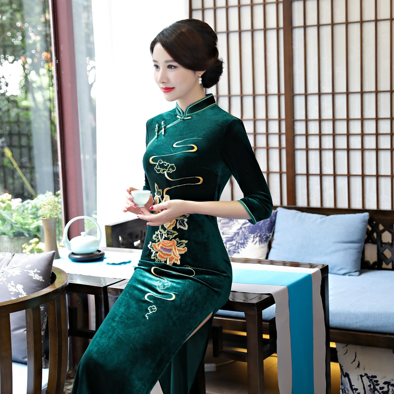 Woman in wedding dress Long plus size fashion embroidery velvet cheongsam Chinese style show retro modified velvet cheongsam 843