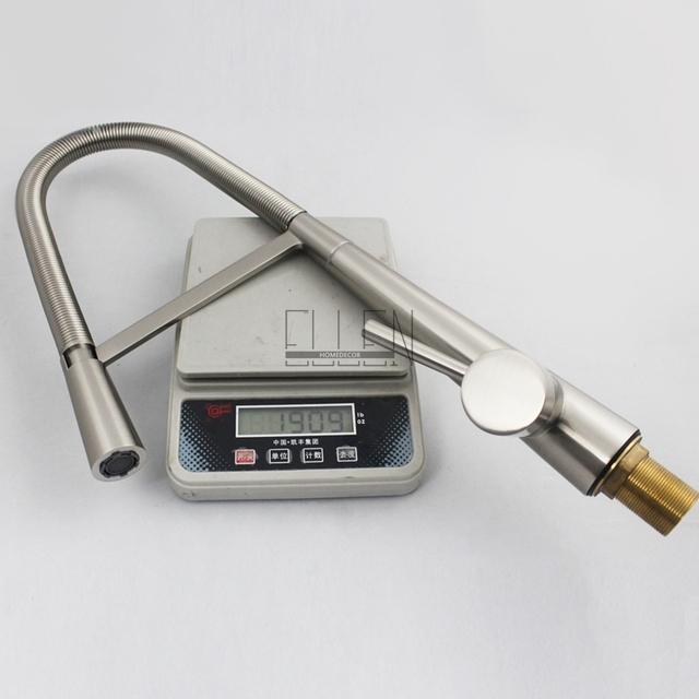 Jednoduchá a moderní kuchyňská baterie ve stříbrné barvě