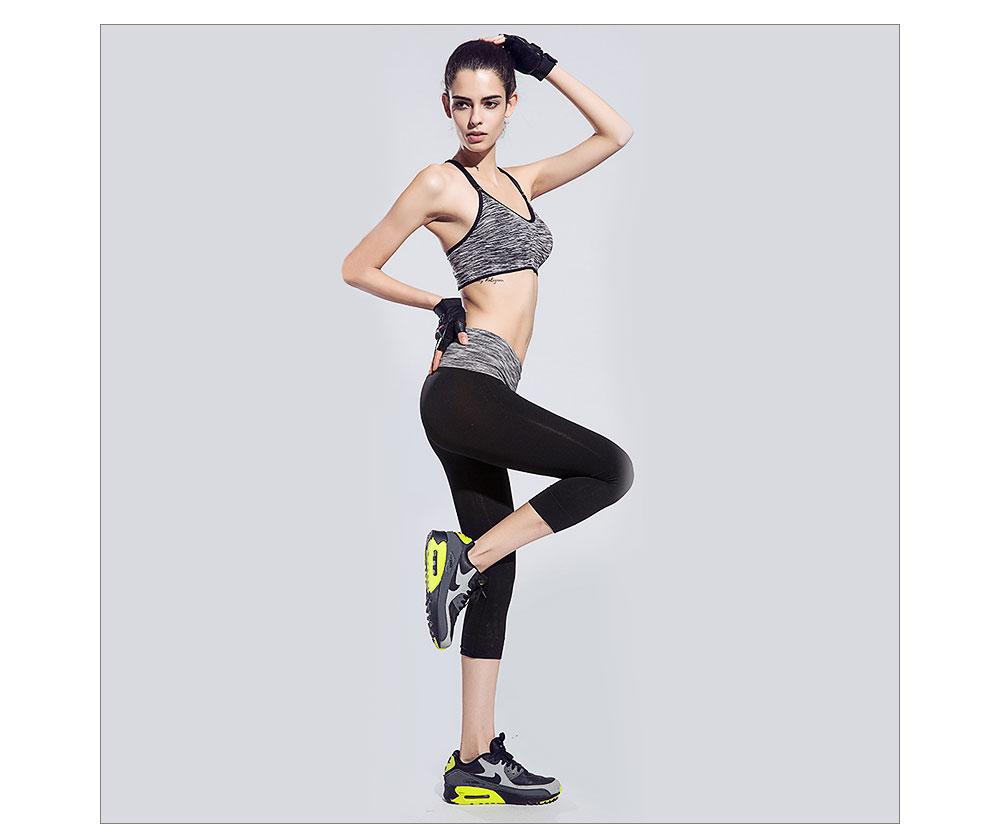 Ensemble de sport pour femme gris et noir, leggings, brassière, soutien-gorge et T-shirt, yoga fitness pilâtes gym, modèles portés par un mannequin