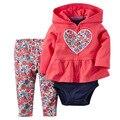 Розничная 2017 новорожденных девочек Весна стиль Детские одежда хлопок девушка Одежда устанавливает розовый 3 шт. (пальто + ползунки + брюки) Новорожденных девочек одежда