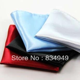 Corbatas de regalo y cuadrados de bolsillo para clientes que buscan trajes en Sarawan