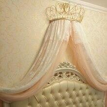 Золото и белая москитная сетка украшают полка с венцом