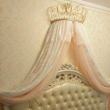 Золотистая и белая москитная сетка украшает полку короны