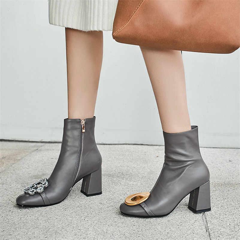 Женские ботильоны из натуральной кожи FEDONAS, серые ботинки из натуральной кожи с металлическим украшением, обувь для офиса и вечеринки на осень и зиму 2019