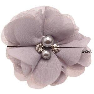Image 4 - 100 pcs 세련 된시 폰 봉 제 꽃 부티크 머리 꽃 라인 석 진주 센터 귀여운 머리 꽃 6 cm 머리 클립 없음
