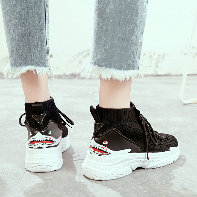 abcdd734f0 Zapatillas-altas-con-Logo-de-tibur-n-de-dibujos-animados-para-mujer-zapatos-transpirables-superiores-de.jpg_640x640.jpg