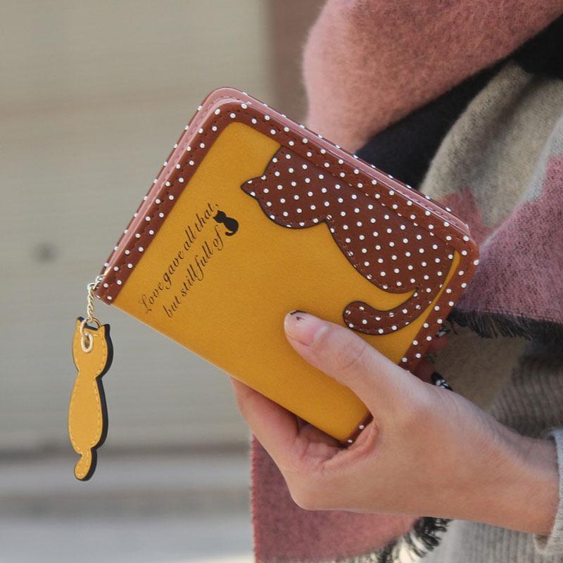 Väikesed rahakotid täppide ja kassiga