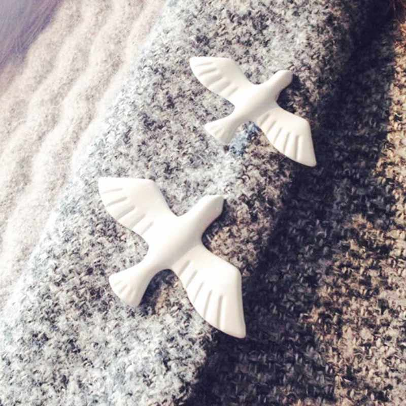 1 Pcs Chinese Fashion Jewelry Hot Retro Simple White Pigeon Brooch Exquisite Little Animal Collar Male And Female Jewelry Whole