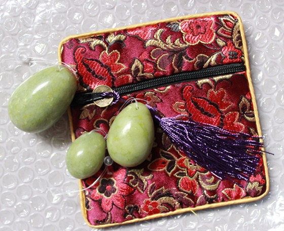 New arrival natural green Chinese jade drilled yoni eggs with gift bag
